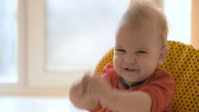 Годовалые детские игры одно в кухне с блюдами сток-видео