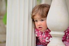 2 годовалых взгляда девушки вне от газебо Стоковые Изображения RF