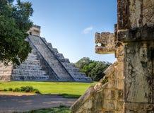Голова ягуара и майяская пирамида виска Kukulkan - Chichen Itza, Мексики стоковое фото