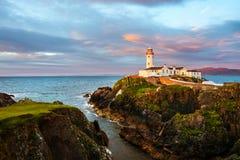 Голова Fanad на Donegal, Ирландии с маяком на заходе солнца стоковое фото rf