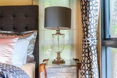 Головная лампа около занавеса окна в теплом помещении Стоковые Изображения RF