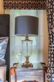 Головная лампа около занавеса окна в теплом помещении Стоковая Фотография