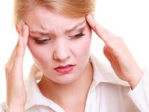 Головная боль Женщина страдая от головной изолированной боли Стоковое Фото