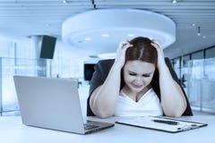 Головная боль чувства предпринимателя в офисе Стоковые Фотографии RF