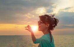 Головная съемка красивой азиатских более молодой женщины и руки действуя снова Стоковое Фото