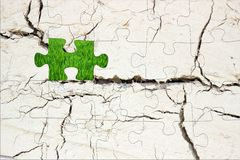 головоломка и зеленая трава Стоковая Фотография
