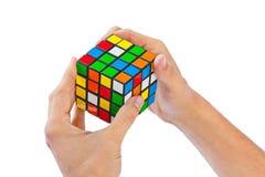 Головоломка куба в руках Стоковые Изображения RF