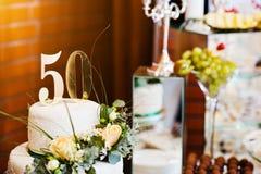 Годовщина торта в 50 на таблице стоковая фотография rf