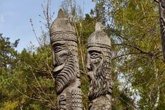 2 головы деревянных идолов в древесине Стоковые Изображения