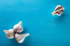 3 головы и гвоздичного дерева чеснока на деревянном столе Стоковые Фото
