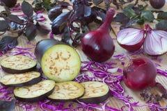 Головы фиолетового лука, половины лука, баклажан и фиолетовый ба Стоковая Фотография