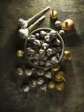 Головы чеснока в шаре на старой деревянной предпосылке Стоковое Изображение
