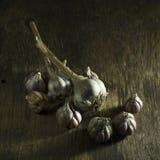 Головы чеснока на деревянной предпосылке Стоковая Фотография RF