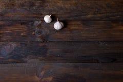 2 головы чеснока на деревянной предпосылке Стоковое Изображение