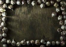 Головы чеснока на старой деревянной предпосылке Стоковое фото RF