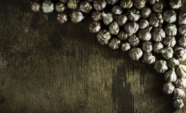 Головы чеснока на старой деревянной предпосылке Стоковая Фотография