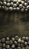 Головы чеснока на старой деревянной предпосылке Стоковое Изображение
