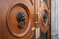 2 головы льва как knockers двери Стоковое Изображение