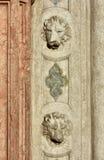 2 головы льва St Mark на готическом портале Стоковое Изображение