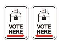 Голосование здесь подписывает с стрелкой Стоковая Фотография RF