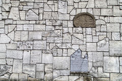Голося стена на кладбище Remuh построенном с частями еврейских надгробных плит, Краков, Польша стоковая фотография rf