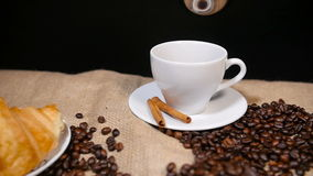 Голодает лить кофе в чашку акции видеоматериалы