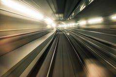 Голодает подземное катание поезда в тоннеле современного города Стоковая Фотография