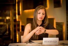 Голодная женщина ждет в ресторане стоковое фото rf