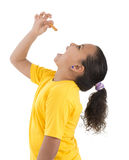 Голодная маленькая девочка есть печенье Стоковые Изображения RF