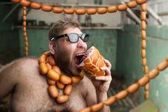 Голодный человек с сосисками Стоковые Изображения