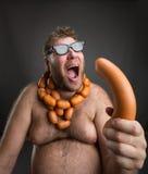 Голодный человек с сосисками Стоковые Фото