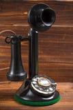 Год сбора винограда, античный телефон подсвечника с шкалой на деревянной предпосылке стоковая фотография rf