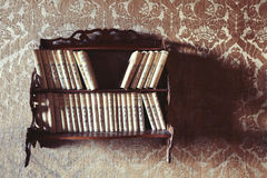 Год сбора винограда библиотеки Стена с обоями стоковые изображения