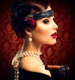 Год сбора винограда ввел девушку в моду с сигарой Стоковое Изображение RF