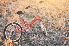 Год сбора винограда велосипеда на поле травы Стоковая Фотография RF