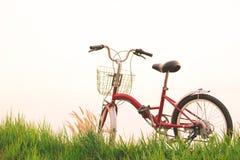 Год сбора винограда велосипеда на поле травы Стоковая Фотография