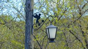 Год сбора винограда выковал уличный свет, вися на поляке Стоковые Изображения RF