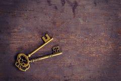 Год сбора винограда ключа старого золота на деревянной предпосылке с космосом Стоковая Фотография