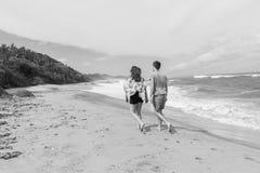 Год сбора винограда океана пляжа мальчика девушки идя Стоковая Фотография