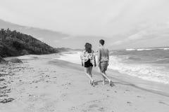 Год сбора винограда океана пляжа мальчика девушки идя Стоковая Фотография RF