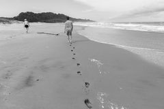 Год сбора винограда океана пляжа следов ноги мальчика девушки идя Стоковые Фото