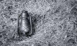Год сбора винограда осветил лампу фонарика масла керосина на соломе Стоковое Изображение