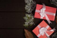 Год сбора винограда подарочной коробки рождества на темной деревянной предпосылке, деревенской для Стоковые Фото