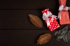 Год сбора винограда подарочной коробки рождества на темной деревянной предпосылке, деревенской для Стоковое Фото