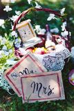 Год сбора винограда, Провансаль, свадьба вина цветков корзины Стоковое фото RF