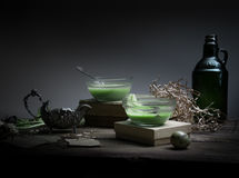 Год сбора винограда, Провансаль суп шпината в стеклянном шаре на грубой деревенской таблице обломоки, яичко триперсток, старая се стоковое фото