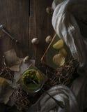 Год сбора винограда, Провансаль суп шпината в стеклянном шаре на грубой деревенской таблице обломоки, яичко триперсток стоковая фотография