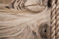 Год сбора винограда спирально переплел веревочки джута на деревянной доске горизонтальном v стоковая фотография