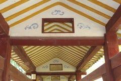 Год сбора винограда украсил деревянный потолок в старой галерее в Китае стоковые фото