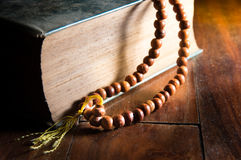 Год сбора винограда фильтрованный ожерелья на книге Стоковое Фото
